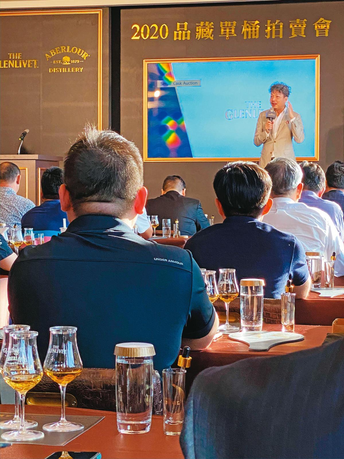拍桶會還請到執杯大師林一峰老師帶領大家品飲,他深入淺出的介紹,更加彰顯每個酒款的差異特色,提供買家更多資訊。