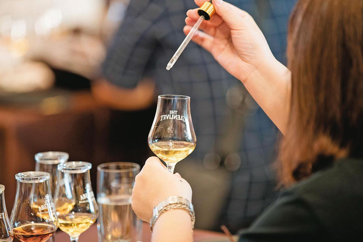 因為杯杯是原酒,主辦單位也貼心準備滴管,讓買家們可以些許加水,進一步了解每桶原酒的香氣、口感、性格。