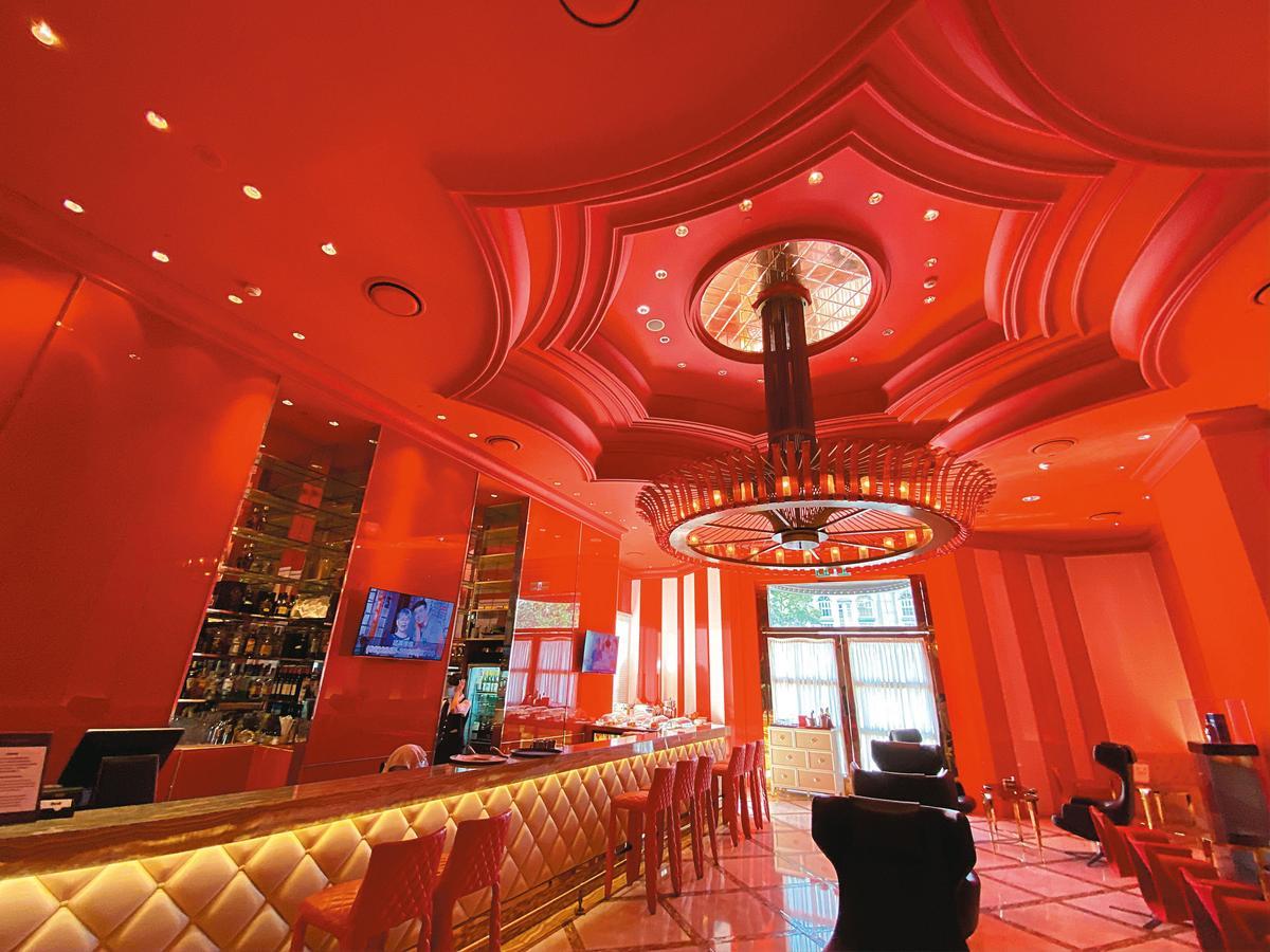 位於林酒店1樓的林酒廊,以東方紅、潔淨白的對比色調設計,相當搶眼,長型吧台加上舒適沙發區的配置,充滿時尚感。