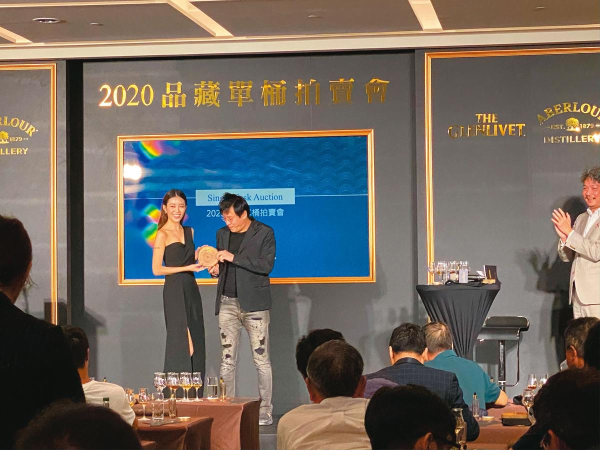以具體行動力挺的慶醇林劭謙(右),今年再度得標,上台與PG合影留念。