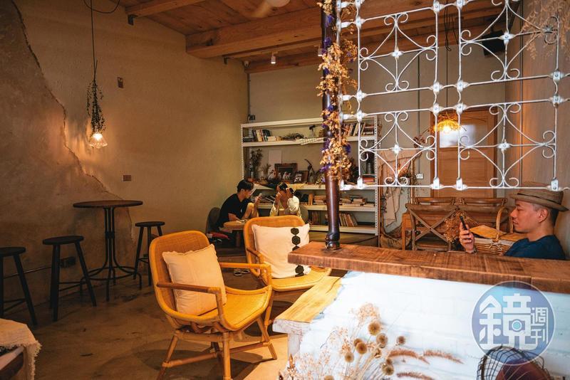 新化最新的咖啡館,復古文青感的布置,質感頗高。