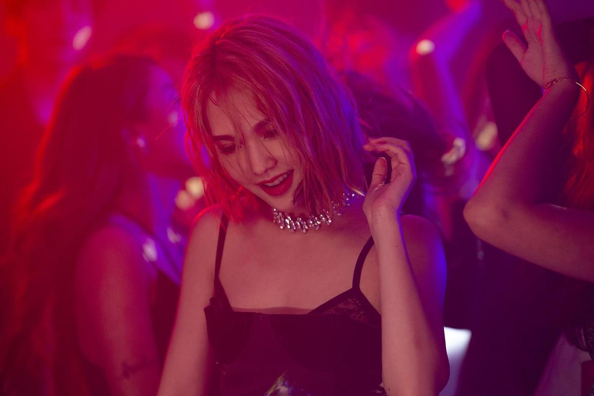 拍攝〈漂流浴室〉MV,楊丞琳在夜店狂舞。(EMI提供)