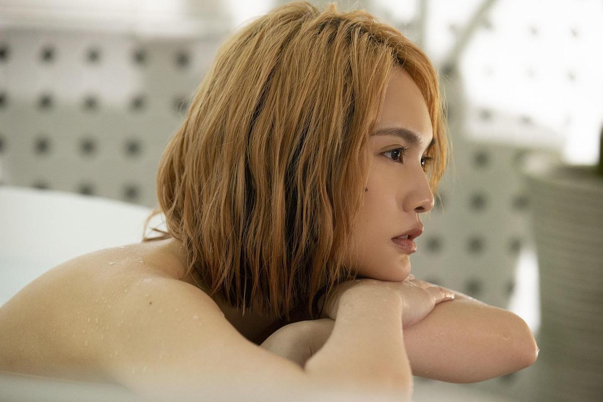 楊丞琳趴在浴缸呈現性感的一面,只為符合新歌情境。(EMI提供)