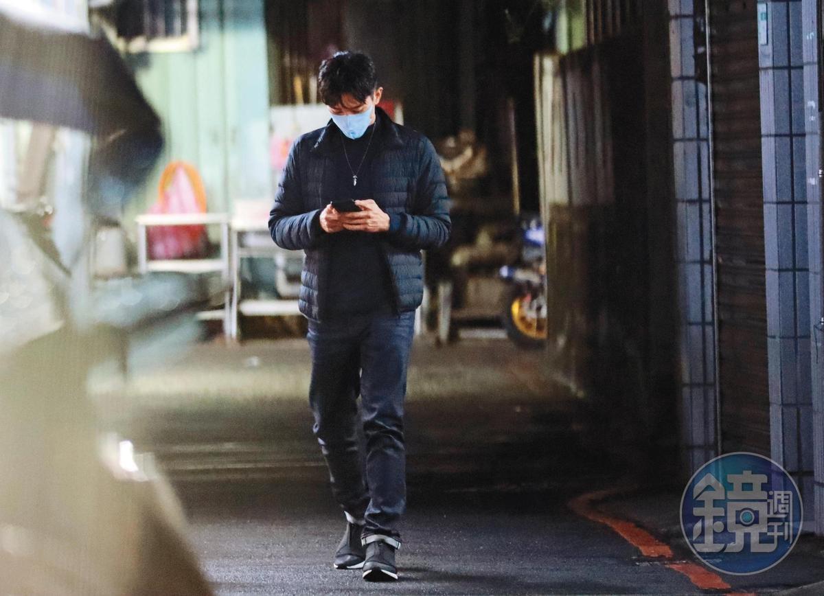 23:26,同時間,張立昂從爸媽家走出來,一路滑著手機,原來是在通知女友自己已經準備好了。
