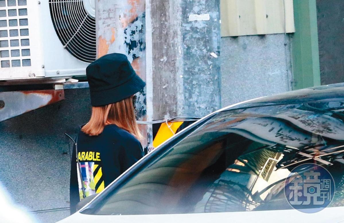 11月15日15:36,小小車模凱倫到張立昂家約會,據悉,她住台中。
