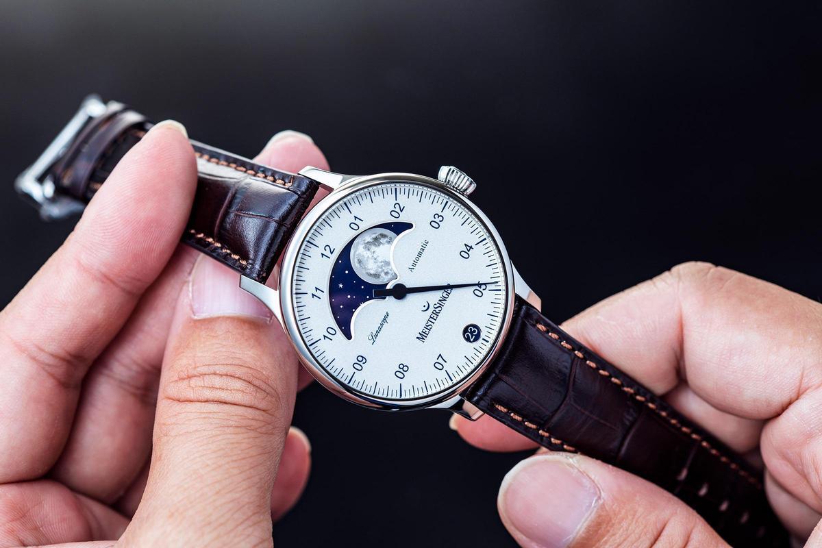 MeisterSinger的單指針功能在小時的判讀上還算容易,至於小時與小時間的間隔共分成12格,每格代表5分鐘。