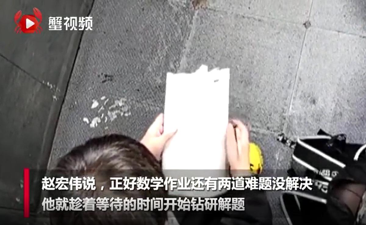 「淡定弟」趙宏偉表示在電梯裡受困時並不害怕,反而比較擔心趕不及上學。(翻攝自蟹視頻)