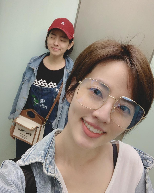 阿諾跟好姐妹米可白約會,一起看了電影《孤味》。(翻攝自阿諾臉書)