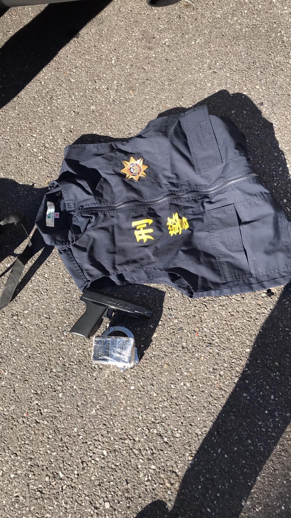 警方查扣假刑警背心、玩具槍等證物。(翻攝畫面)