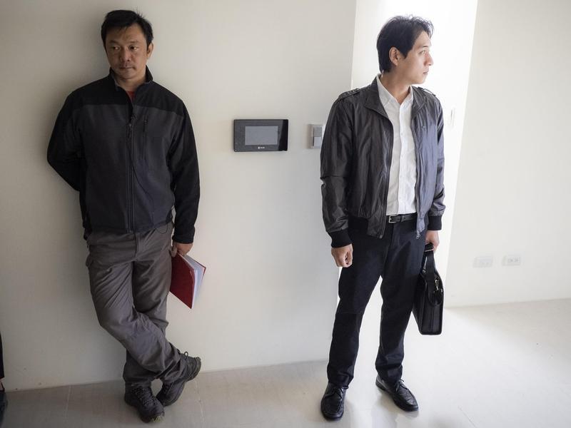 導演黃信堯(左)將平日生活消化之後得到創作靈感,右為《同學麥娜絲》演員鄭人碩。(甲上提供)