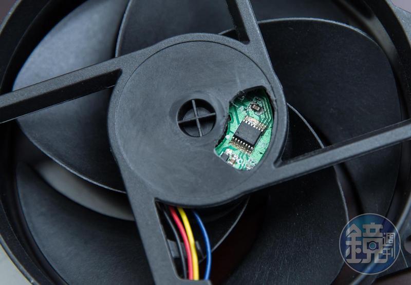 風扇馬達驅動控制IC尺寸比指甲還小,卻能控制風扇轉速,主導散熱作用。