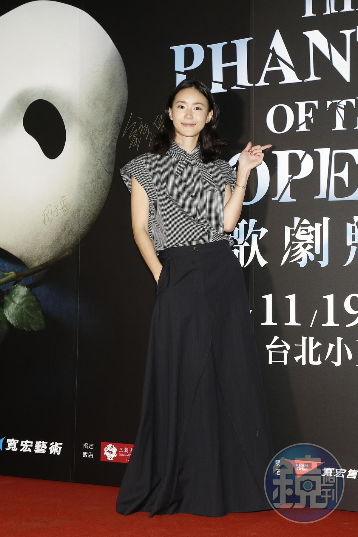 鍾瑶現身台北小巨蛋看《歌劇魅影》,知道自己是第一位到場超開心。