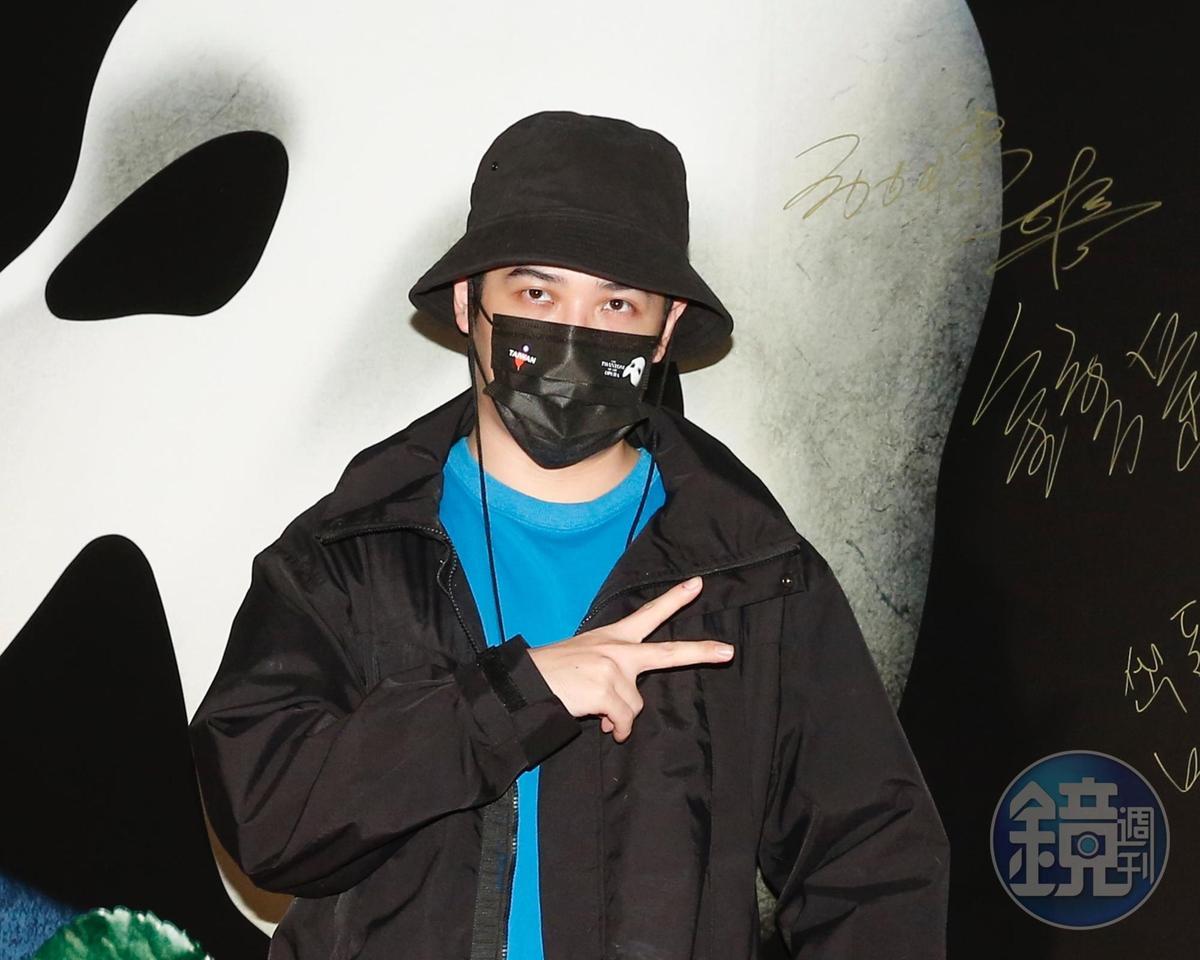 熊仔因為拔智齒,左邊臉腫讓他戴口罩現身。