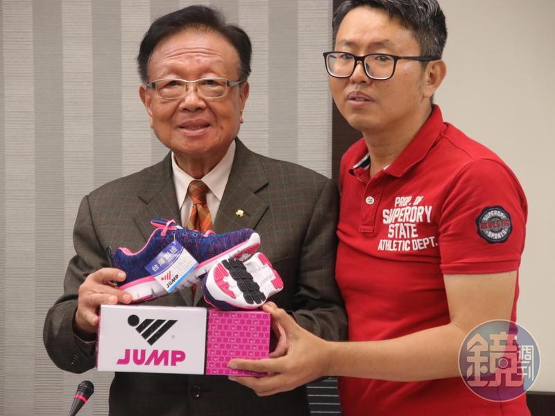 與愛迪達纏訟近40年的「將門」陳瑞昌董事長(左)與徐立信(右)召開記者會。