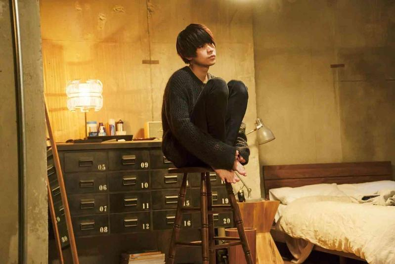 恭一房間中被今之瀨佔領的高腳椅,也是出自導演的巧思。(車庫娛樂提供)