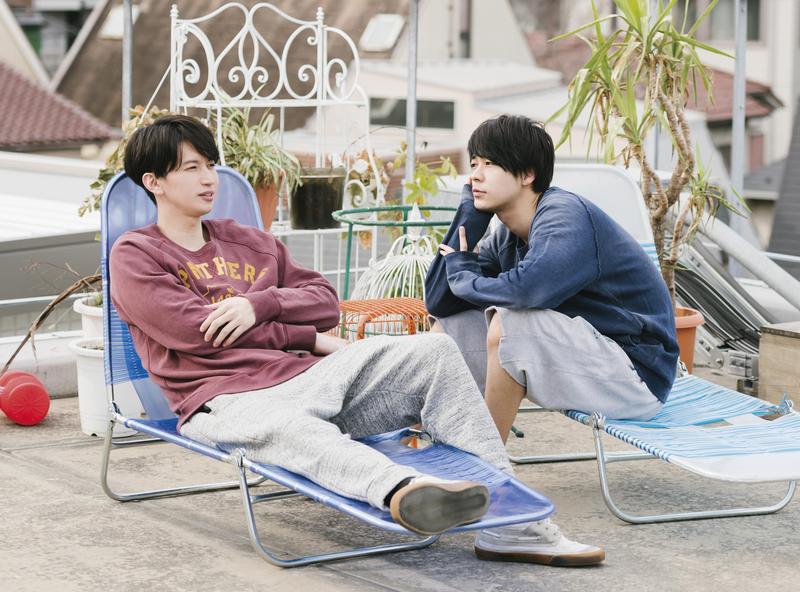 《愛在末路之境》中有場大倉忠義(左)和成田凌在天台打鬧的戲,出自導演行定勲的想法。(車庫娛樂提供)