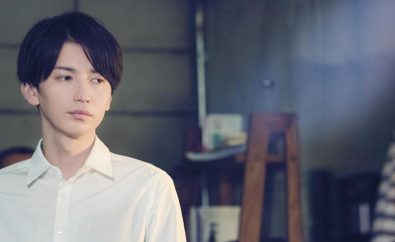 大倉忠義在電影《愛在末路之境》飾演優柔寡斷男恭一,對於向自己告白的人來者不拒。(車庫娛樂提供)