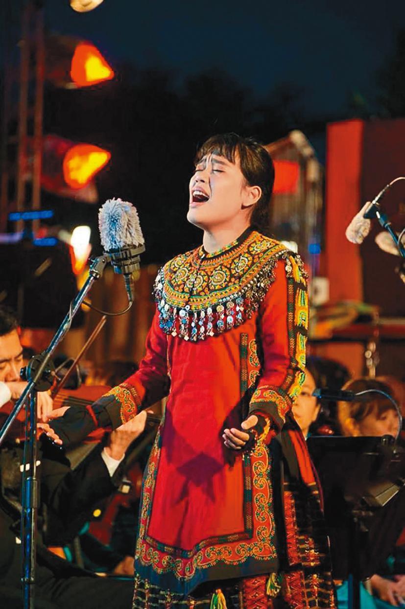 現年23歲的排灣族歌手紫布爾正若,乾爹是知名民歌手胡德夫,曾發行過個人專輯,去年在台灣原創流行音樂大獎獲獎。(翻攝自紫布爾正若臉書)
