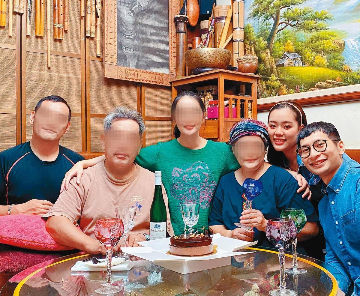 紫布爾正若(右二)大方邀請逸祥(右)參加家庭聚會。(翻攝自紫布爾正若臉書)