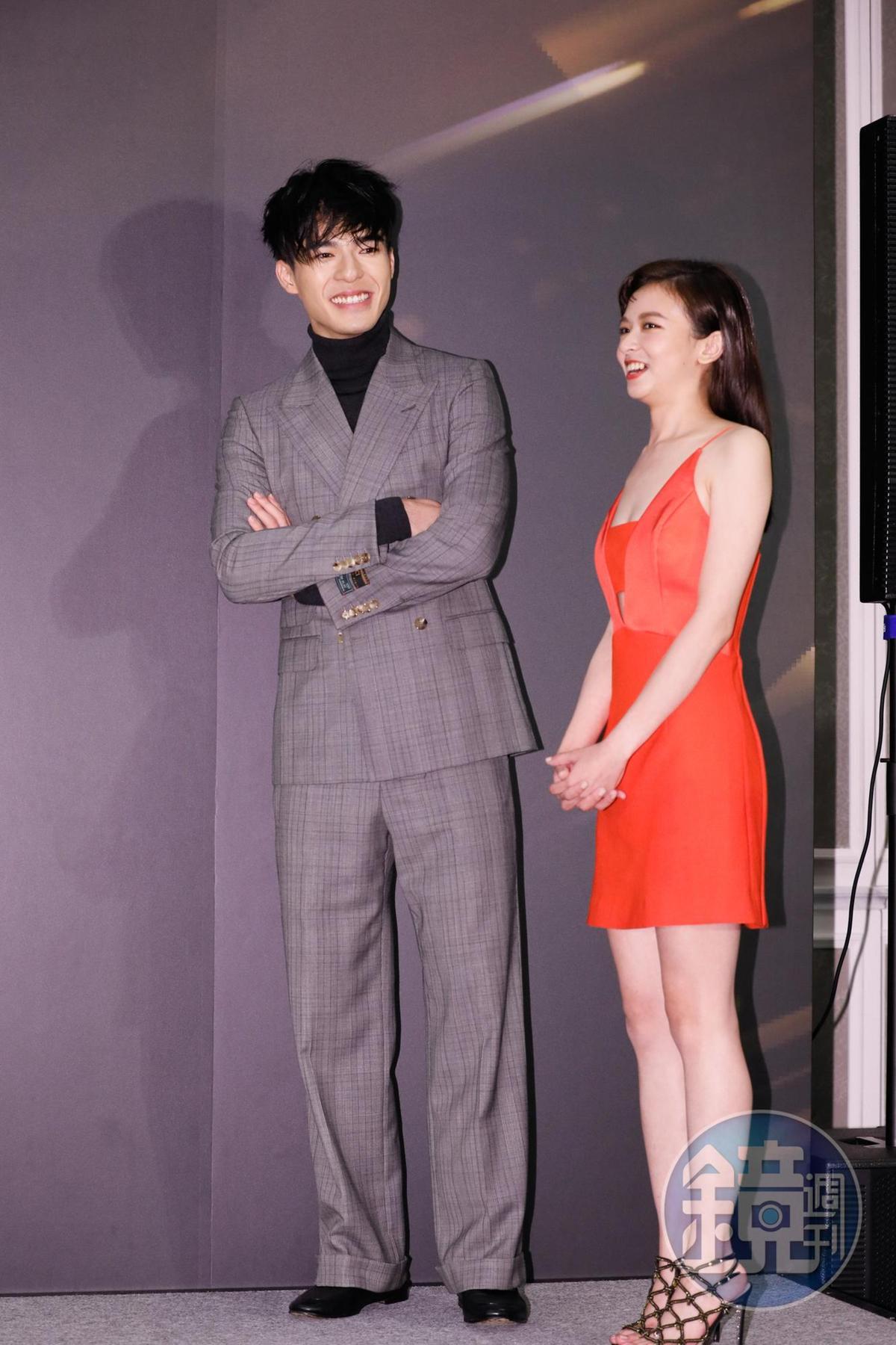 陳妍霏與陳昊森有萌萌的身高差。