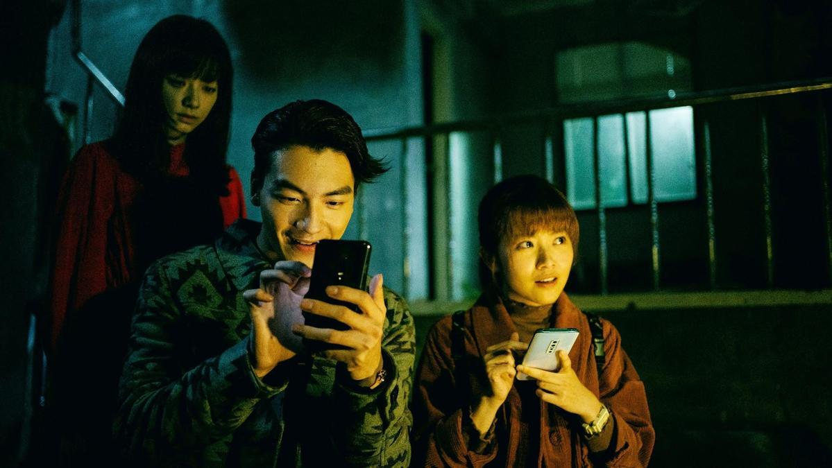 張洛偍(中)自曝被姚愛寗(左)的紅衣女鬼扮相給嚇到,當場起雞皮疙瘩。(三立提供)