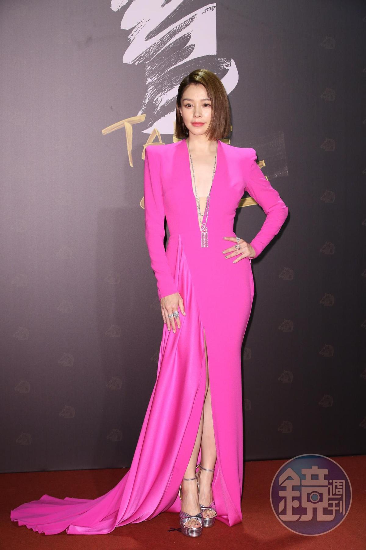 徐若瑄一身桃紅小露事業線,在紅毯相當亮眼。