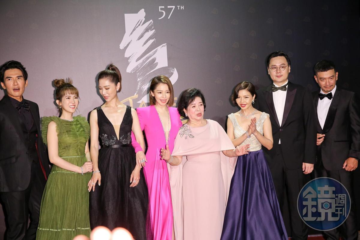 陳淑芳(右4)與《孤味》劇組一起走紅毯,她稱讚在戲中的女兒「都非常美」。