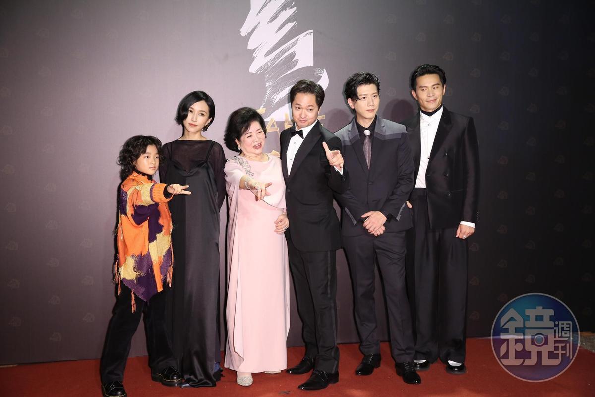 陳淑芳(左3)換與《親愛的房客》劇組拍照留念,大家笑說「阿姨好忙」。