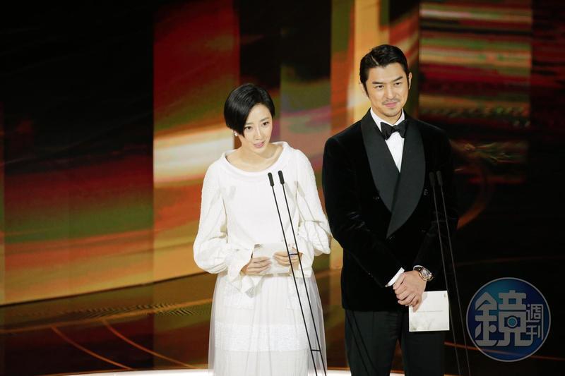 桂綸鎂、陳柏霖合體一起頒發金馬57「最佳新導演」「最佳動畫長片」。