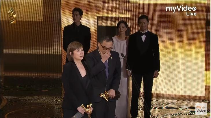 桂綸鎂與陳柏霖在看易智言致詞的時候,也在舞台側邊短暫牽起手。(翻攝自myVideo影音隨看Youtube)
