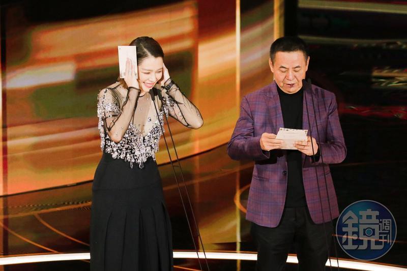 徐若瑄與蔡振南(右)昨晚同台頒發第57屆金馬獎「最佳女配角獎」「最佳攝影獎」。