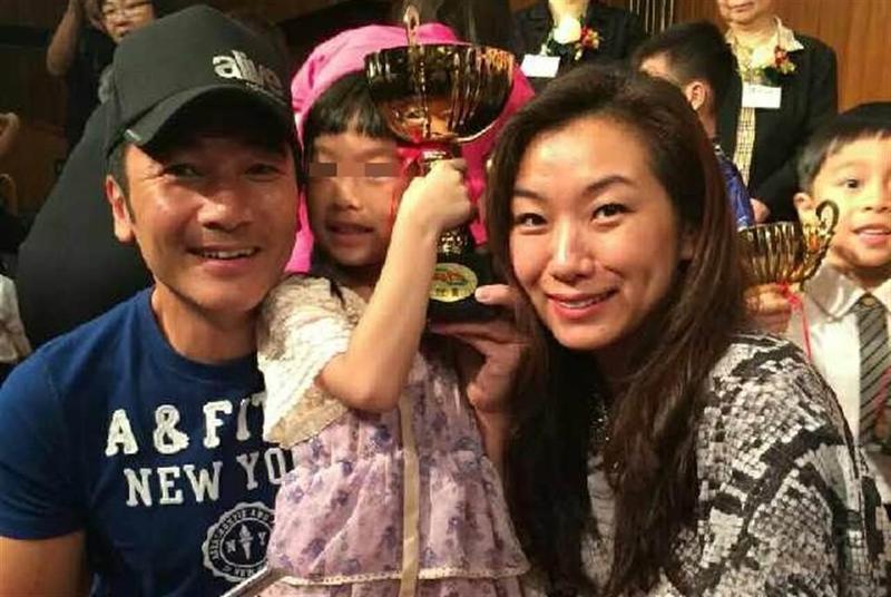 莫可欣(右)與方中信(左)恩愛24年,是香港演藝圈有名的銀色夫妻檔。(翻攝自方中信微博)