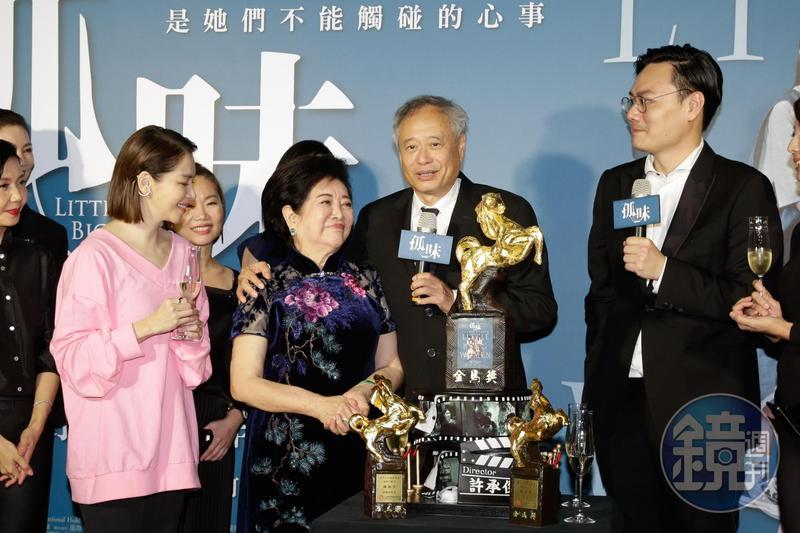 金馬獎主席李安(右2)以國立藝專學弟的身份,摟著國立藝專第1屆學姐陳淑芳(左2)恭賀締造雙料得主紀錄。