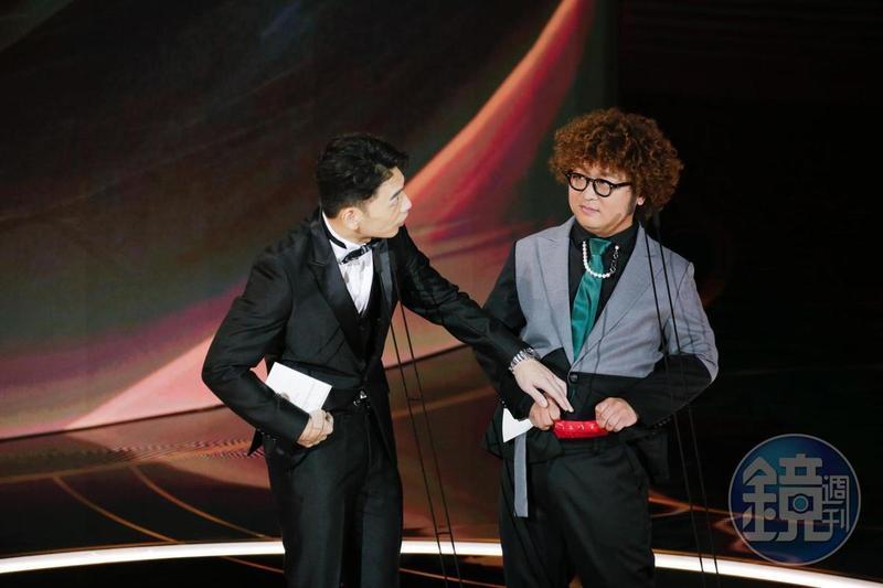 納豆在金馬舞台上展示紅內褲。
