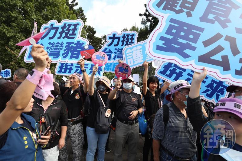 今年秋鬥遊行以「反萊豬、反雙標、反黨國」作為遊行主軸,主辦單位宣稱有5萬人走上街頭參與。