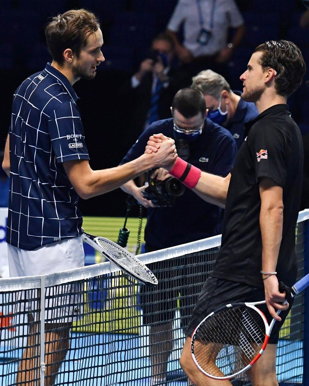 梅德韋傑夫(左)擊敗新科美網冠軍蒂姆,拿下首座ATP年終賽冠軍。(翻攝ATP Tour臉書)