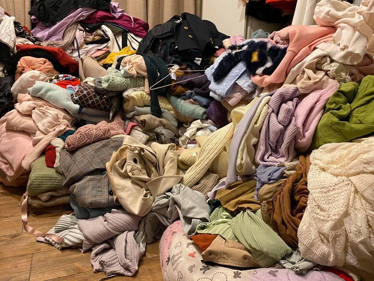 高嘉瑜房間照片曝光,衣服堆積如山嚇傻網友。(翻攝自高嘉瑜臉書)