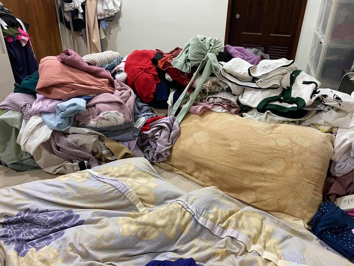 高嘉瑜的枕頭上有泛黃汙漬,她表示只要套上乾淨的枕頭套,就不會發現裡面的樣子。(翻攝自高嘉瑜臉書)