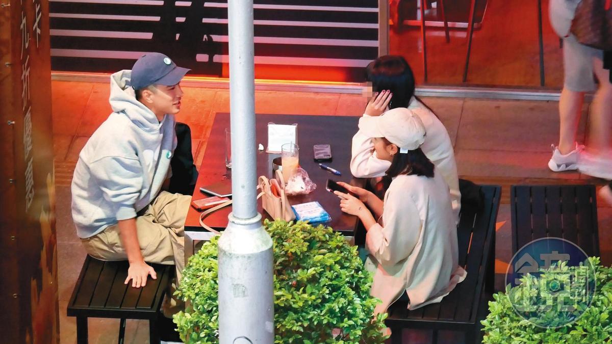 11/10 22:14 3人聊天時,王淨緊拿著手機,不時分心查看。
