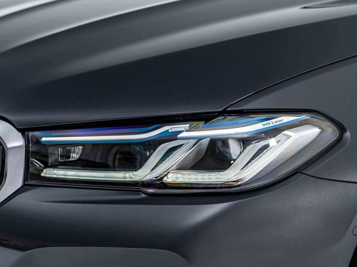 銳利的L型光條與全新設計的湛藍色智慧雷射頭燈(含Glare-free光型變化功能),讓BMW M5出場氣勢凌人。