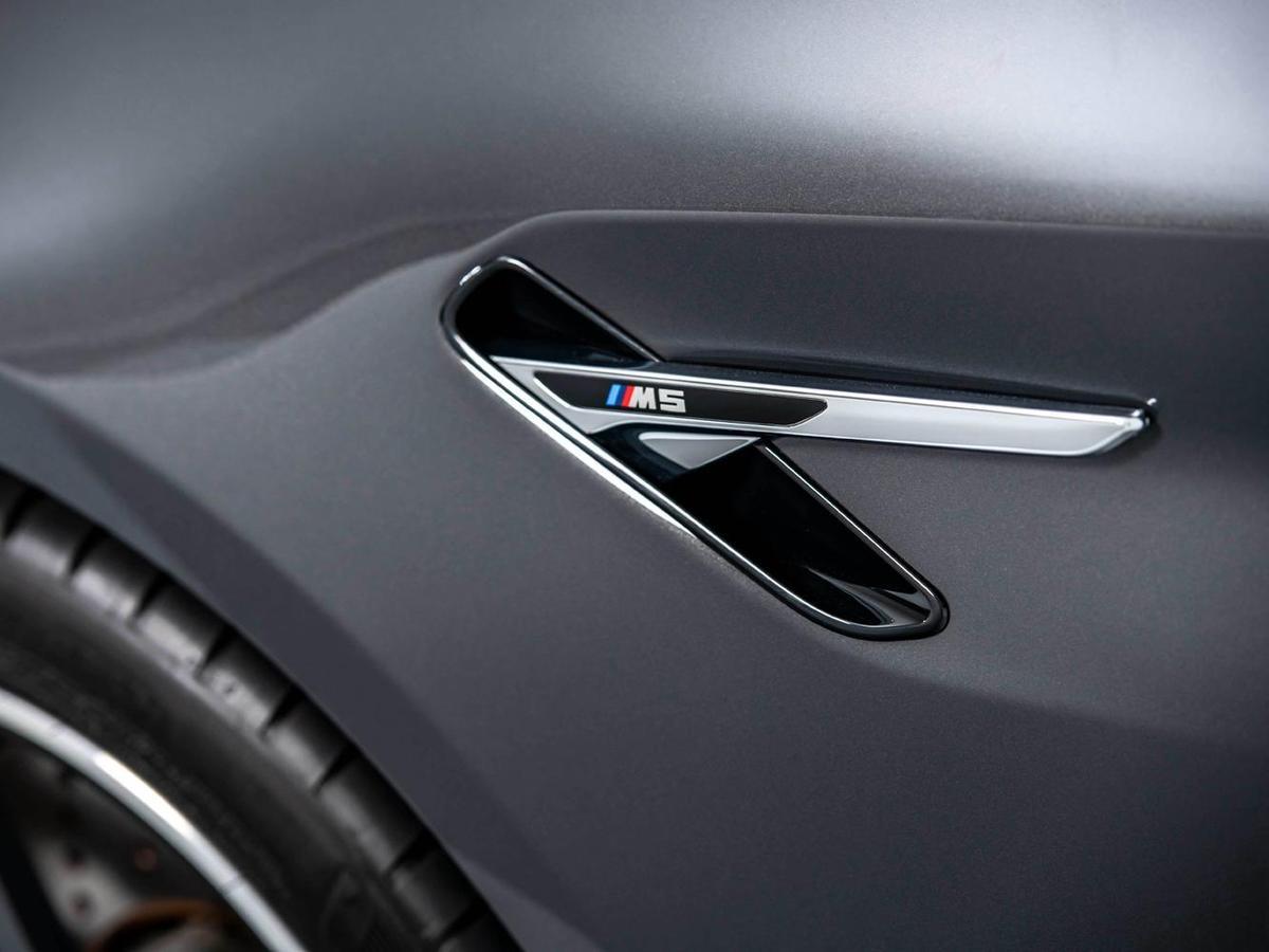 BMW M5位於前葉子板的M鯊魚鰓狀飾條與車身腰線勾勒出強烈的運動風格。