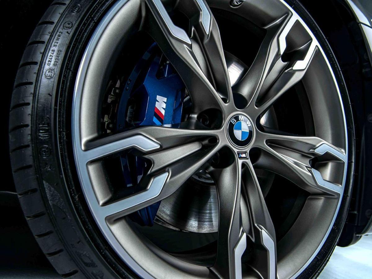 全新BMW M5 Racing Package標準配備20吋M雙輻式輪圈、M複合式煞車系統與運動感十足的藍色卡鉗。