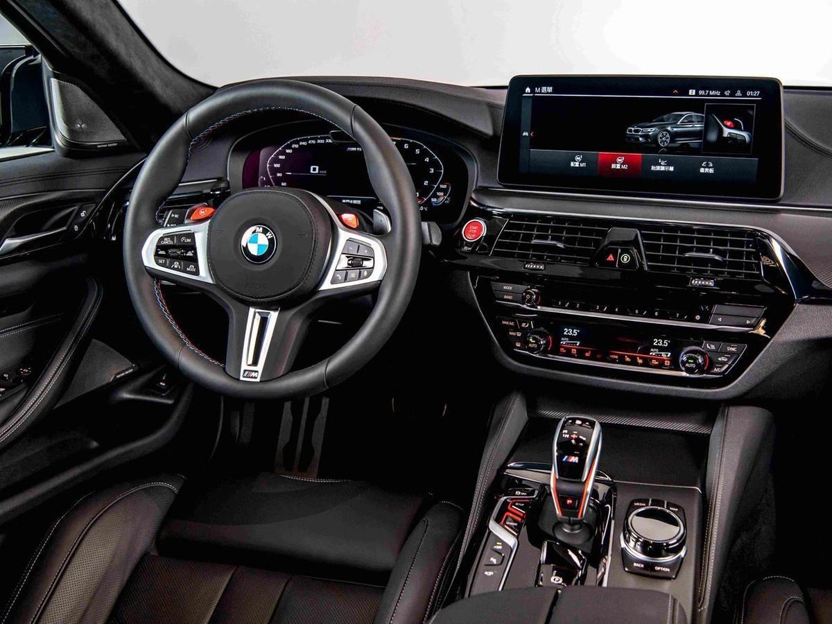 鑲有M5銘牌的全新設計M專屬雙柵腎形水箱護罩,一體成形地搭配寬闊的前下進氣壩,彰顯BMW M5剽悍的張狂個性。