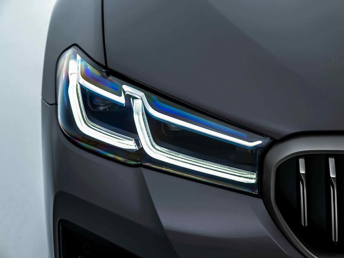 BMW M550i標準配備全新設計的湛藍色智慧雷射頭燈(含Glare-free光型變化功能),如同黑暗中閃耀的璀璨星芒。