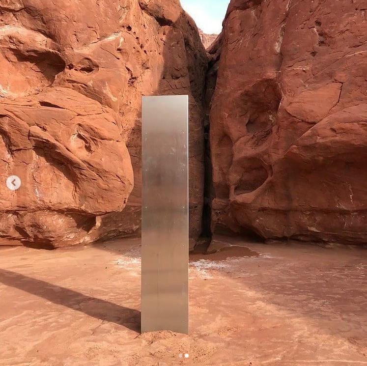 美國猶他州一處沙漠中驚見一塊看起來非自然形成的石碑。(翻攝猶他州公共安全局Instagram)