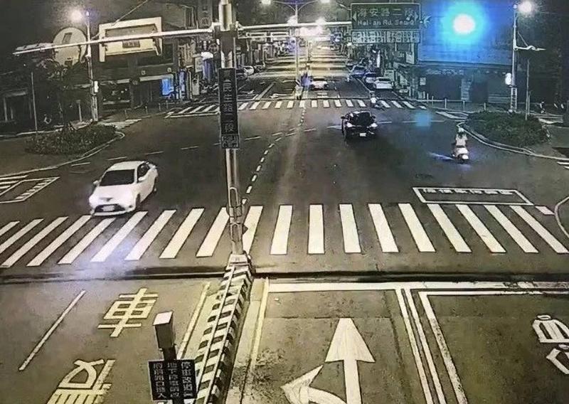 嫌犯當街砍人後共乘白色轎車逃逸。(翻攝畫面)