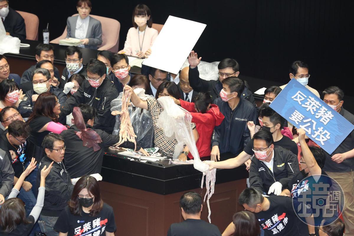 國民黨立委對發言台丟擲豬內臟。