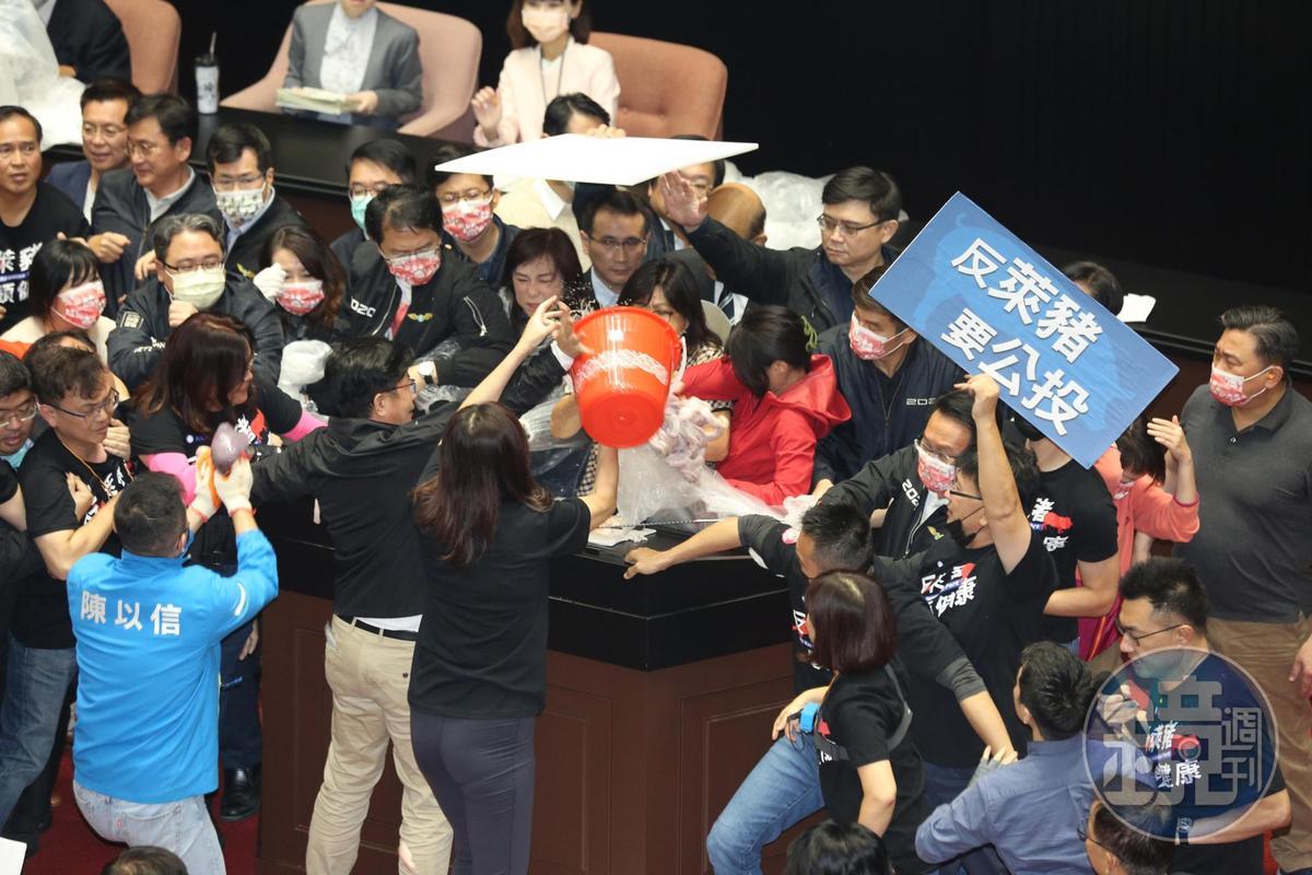 國民黨立委鄭麗文向發言台丟擲豬內臟。