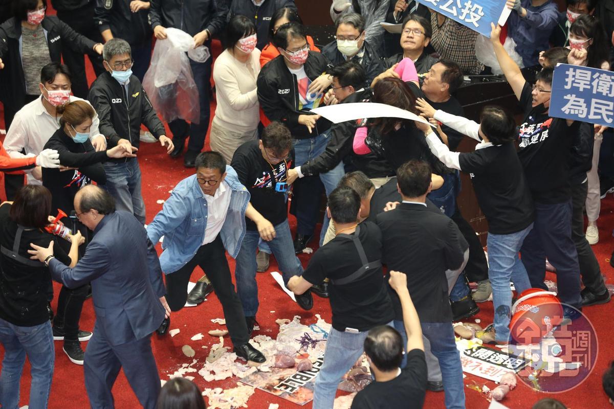 國民黨立委丟擲豬內臟,與綠委推擠場面非常混亂。