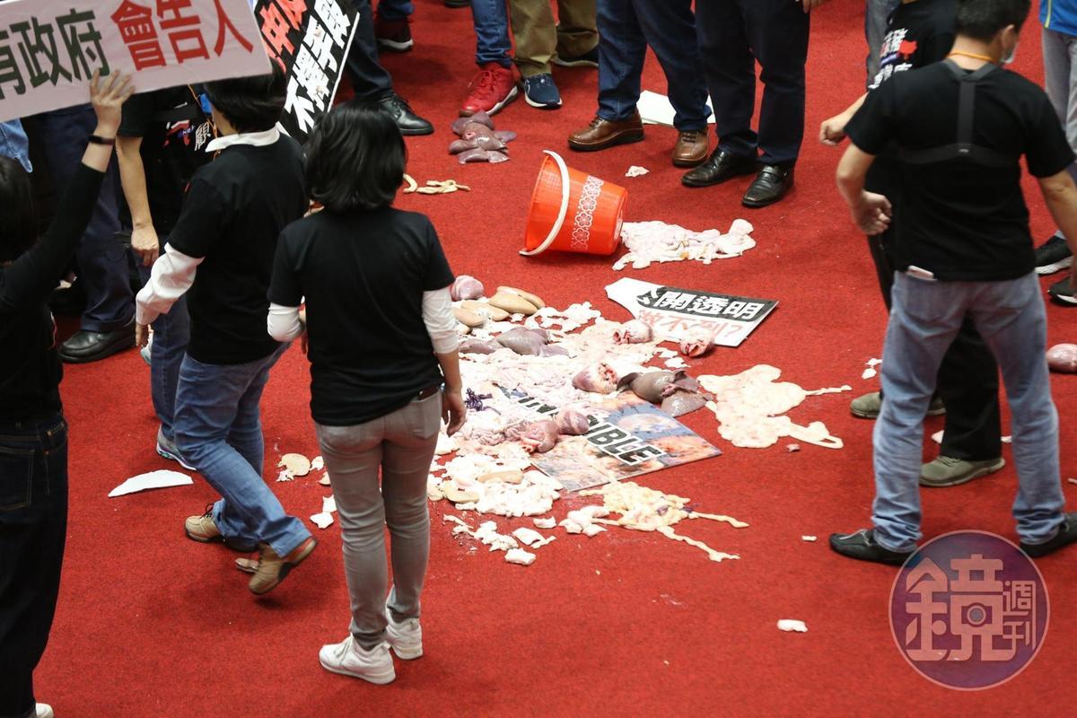 議場發言台前堆滿豬內臟。